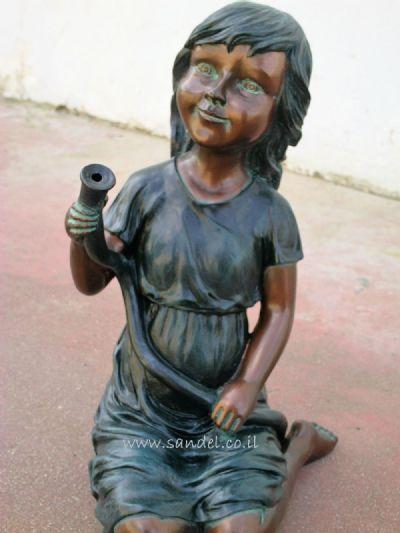 מזרקה ילדה עם צינור