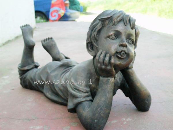 מזרקה ילד שוכב