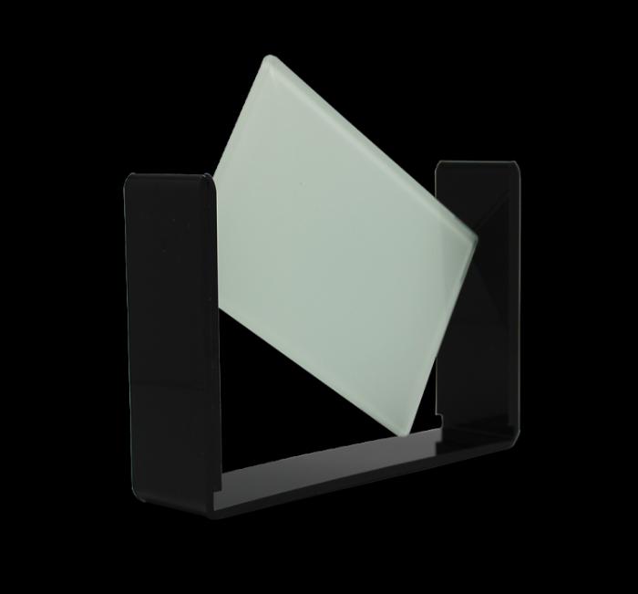 זכוכית מסתובבת על מעמד שחור