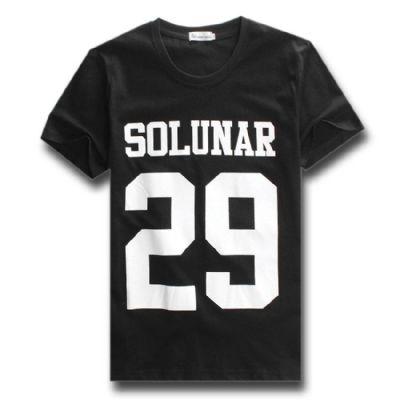 חולצה שחורה עם הדפס לבן