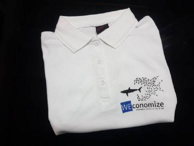לוגו מודפס על חולצת צווארון לבנה