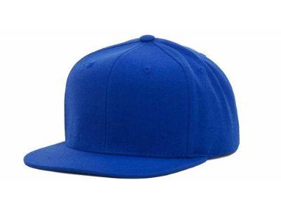 רקמה על כובע ראפר כחול