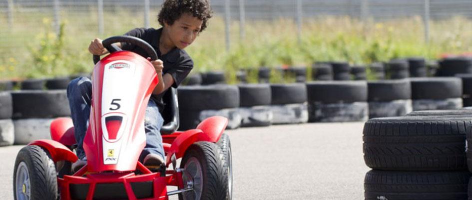 ילד נוסע במכונית פדלים פרארי ברג