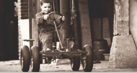 האנק ואן דן ברג על מכונית הפדלים הראשונה שלו