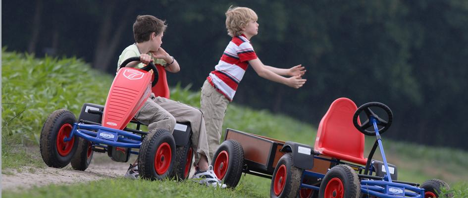 ילדים משחקים עם מכוניות פדלים קלאסיות של חברת ברג