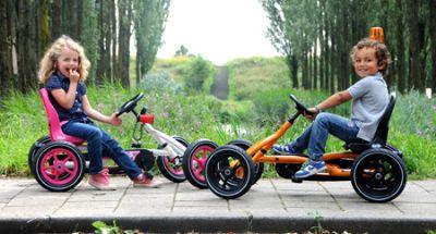 ילדים על מכוניות פדלים באדי עם פנס מהבהב
