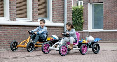 ילדים רוכבים על מכונית פדלים באדי עם נגרר