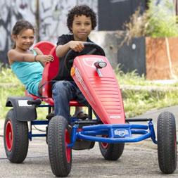 ילד וילדה רוכבים על מכונית פדלים מדגם אקסטרה ספורט