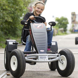 ילדה רוכבת על מכונית פדלים שחורה