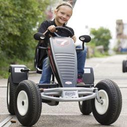 ילדה רוכבת על מכונית פדלים עם הילוכים אקסטרה ספור
