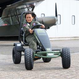 ילד רוכב במכונית פדלים ממודל ג'יפ