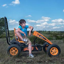 ילד יושב על מכונית פדלים אקס קרוס