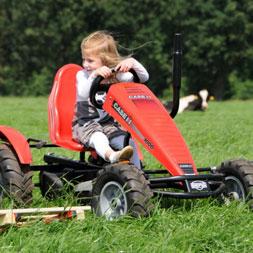 ילדה רוכבת על טרקטורון פדלים מדגם קייס