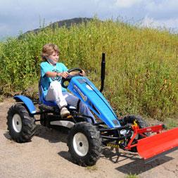 ילד רוכב על טרקטורון פדלים מדגם ניו הולנד