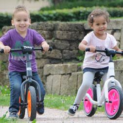 ילדים רוכבים על אופני איזון בייקי של ברג