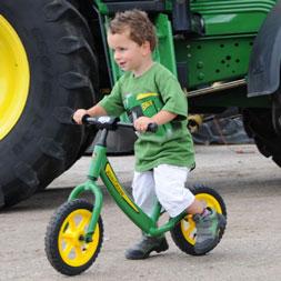 ילד רוכב על אופני איזון בייקי ג'ון דיר