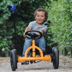 ילד רוכב על מכונית פדלים של חברת ברג