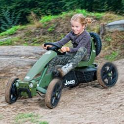 ילדה רוכבת על מכונית פדלים ג'יפ אדוונצ'ר