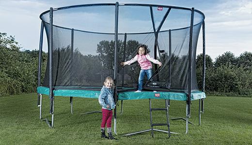 ילדות משחקות על טרמפולינה של חברת ברג