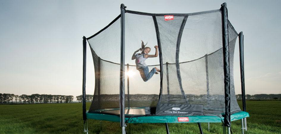 ילדה קופצת בטרמפולינה ברג