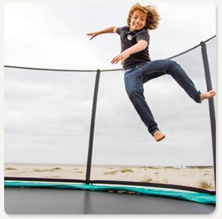ילד קופץ על טרמפולינה