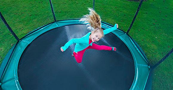 מבט על על ילדה קופצת בטרמפולינה