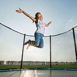 ילדה קופצת על טרמפולינת ברג