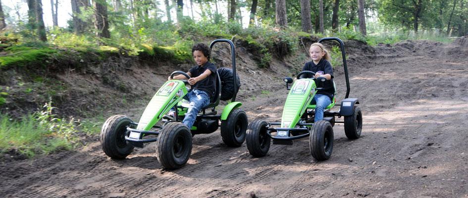 ילדים נוסעים במכוניות פדלים מדגם אקספלורר