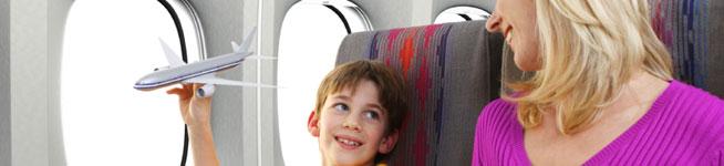 אמא וילד במטוס
