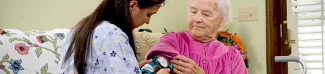 אישה מבוגרת מטופלת סיעודית