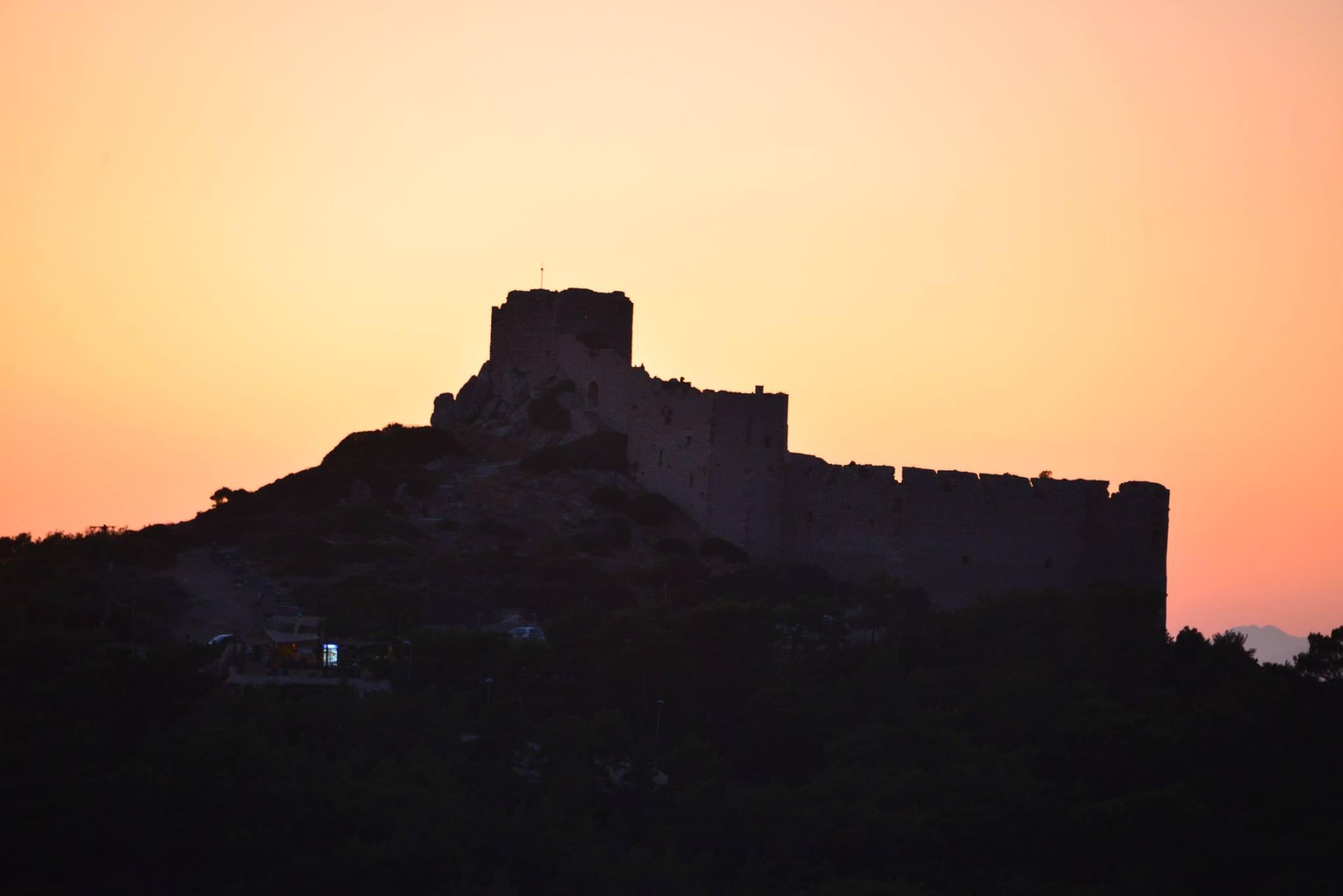 מבצר קורתיניה בשקיעה