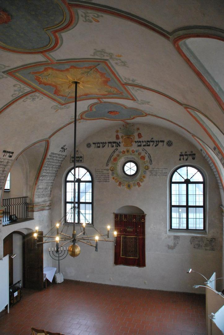 בית הכנסת עם פסוקי התורה על הקירות הפנימייפ