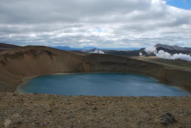 מכתש ויטי עם האגם במרכזו