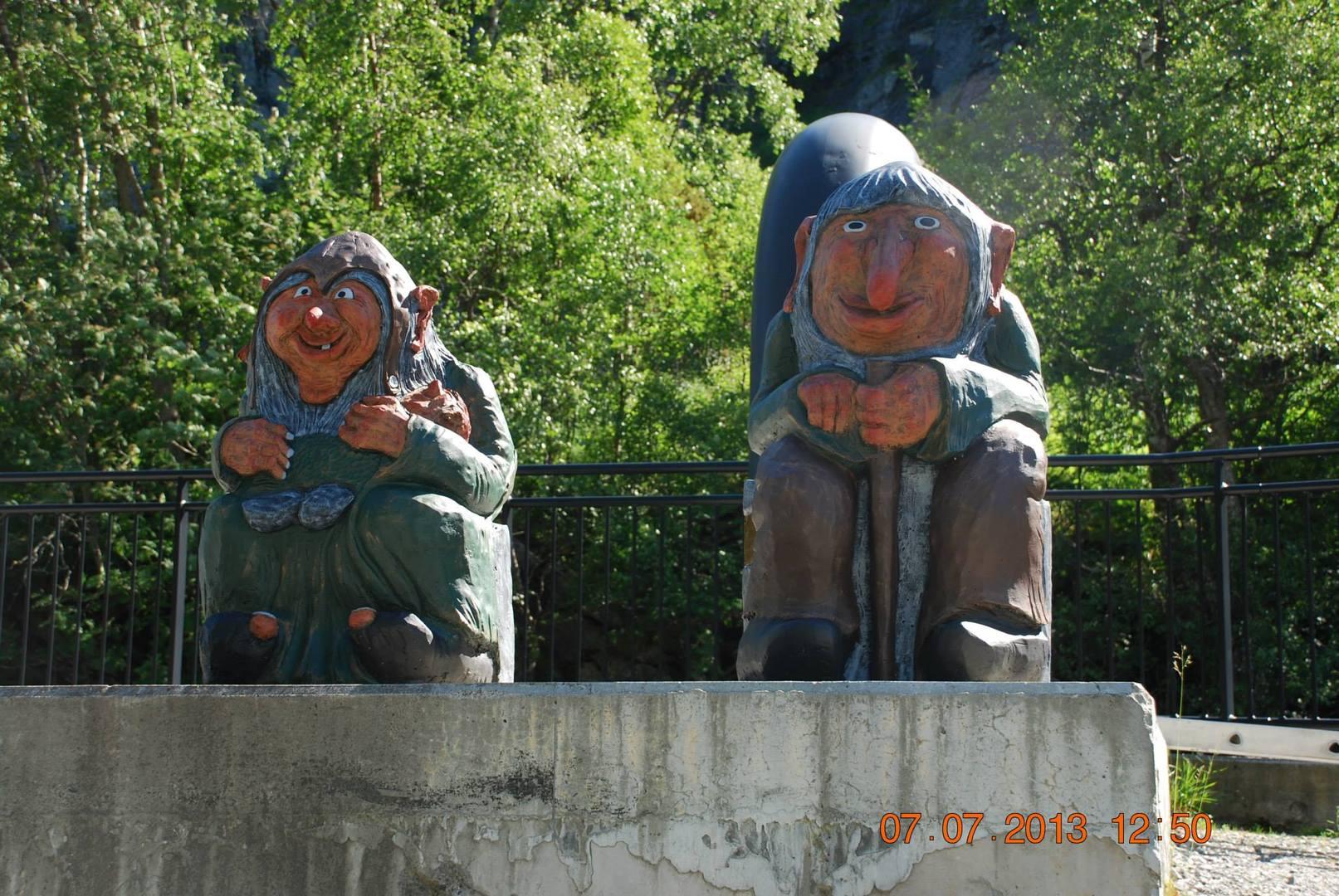 שני פסלי טרולים