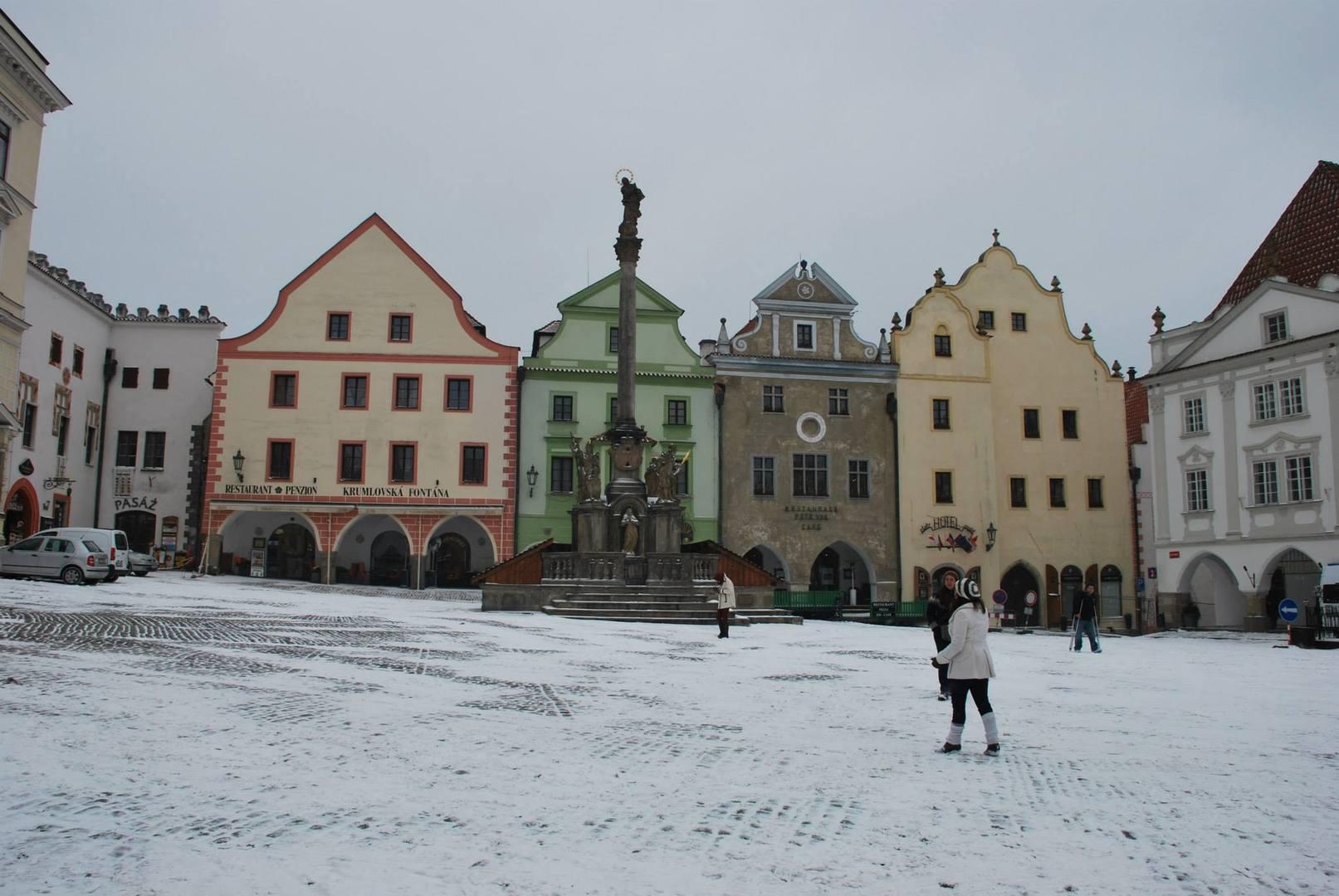 Cesky Krumlov בשלג-כיכר העיר