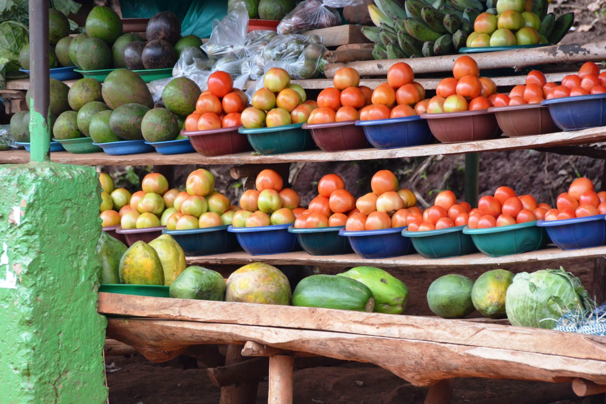 שוק פירות וירקות אופייני על הכבישים