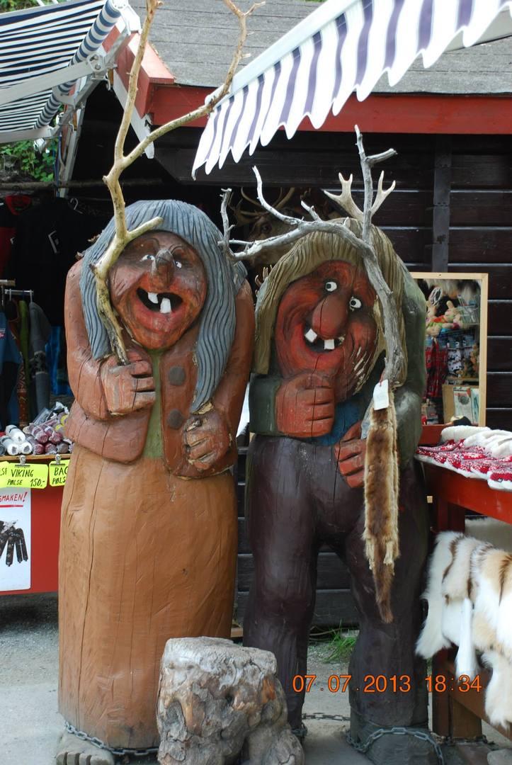 זוג בובות טרול ענקיות