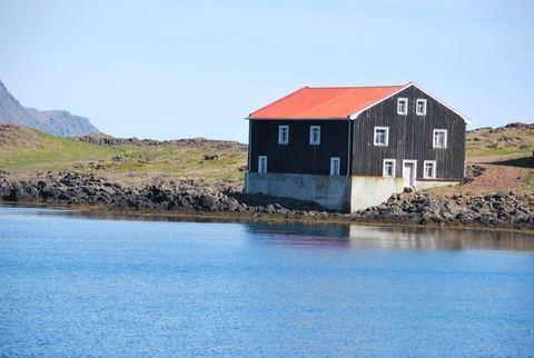 בית עץ ליד הים-איסלנד