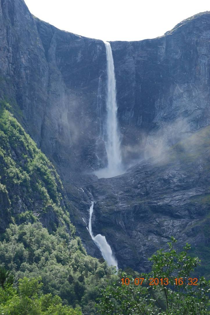 מפל Mardalsfossen המרהיב היורד בשתי מדרגות גדולות