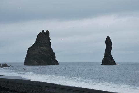 מספר עמודי סלע מרשימים הבולטים מפני הים