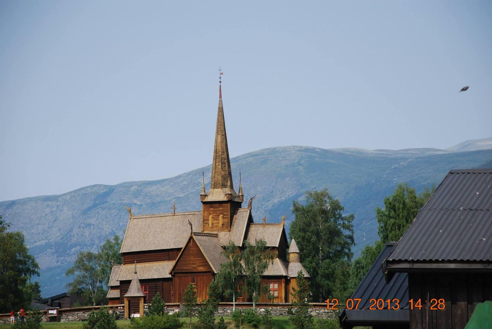 Lom- כנסיית לוחות העץ המרשימה