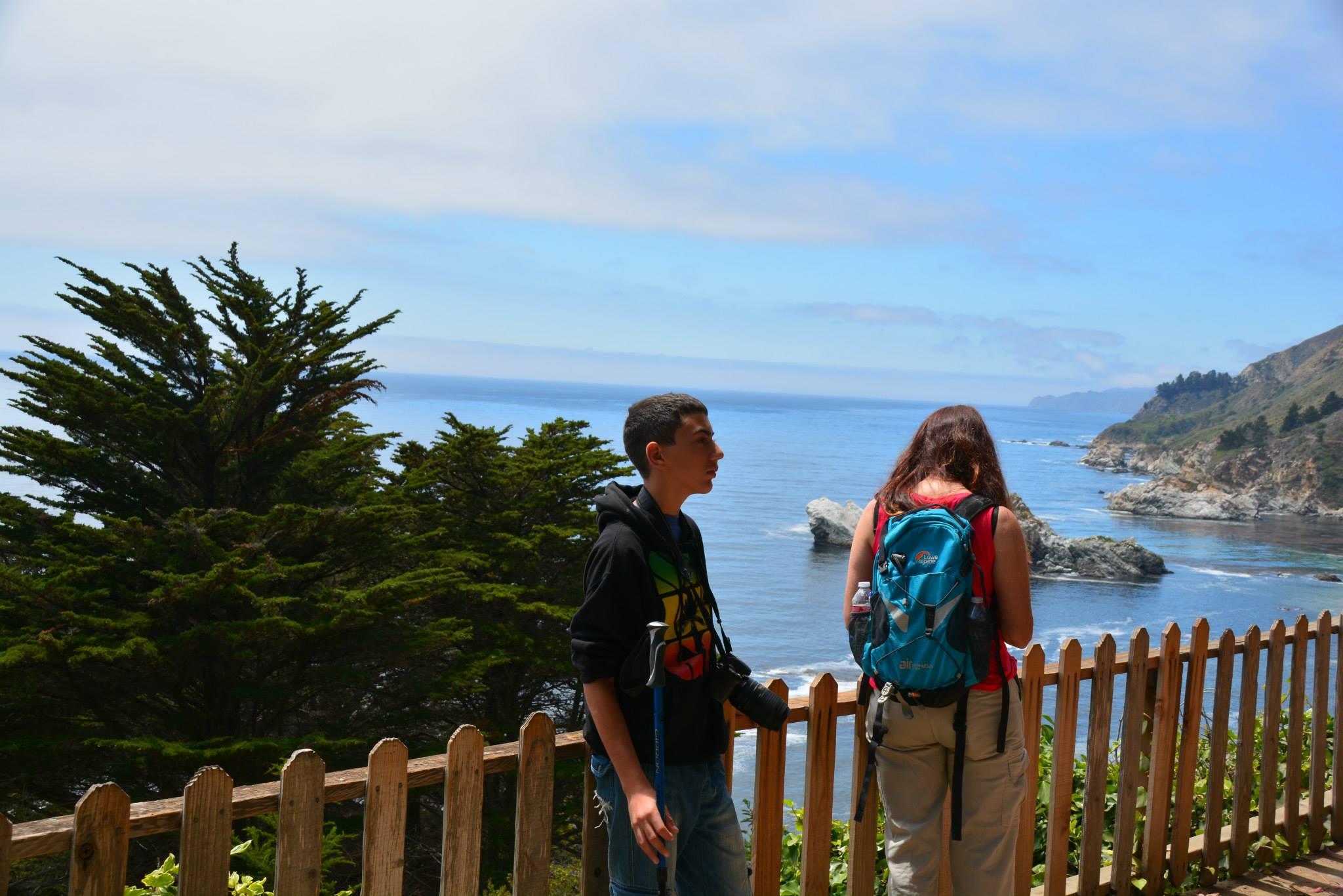נופים כחולים של ים ומצוקים