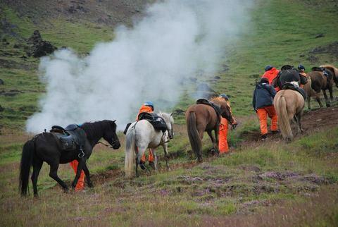 שיירת סוסים עם רוכבים ב-Hveraverdi