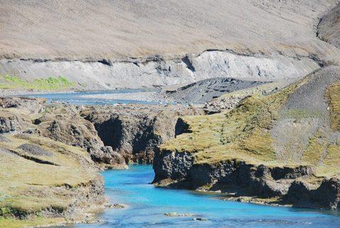 שני נהרות עם צבעי מים שונים. האחד עם מים בצבע כחול