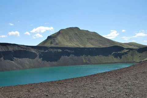 האגם  הנושא את השם Hnausapollur  הוא לוע שהתפרץ לא