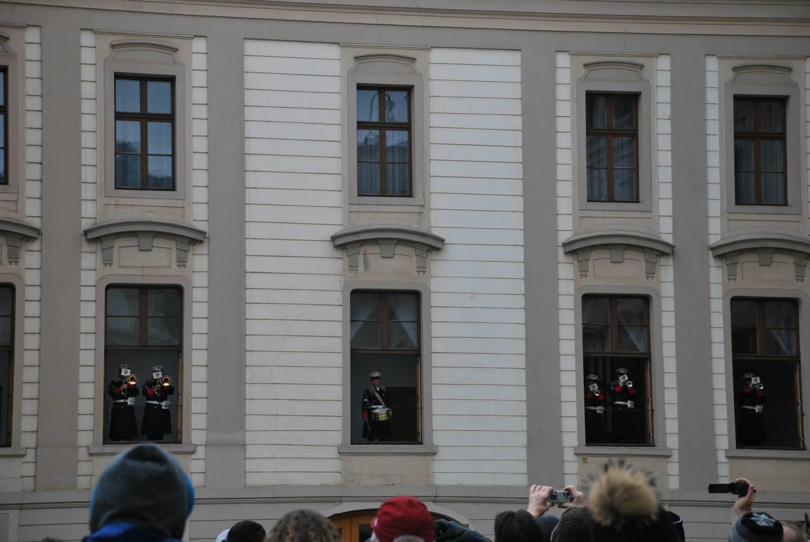 התזמורות עומדת בחלונות הארמון