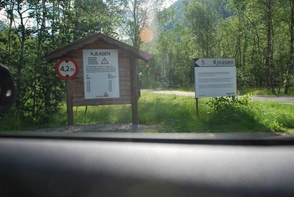 כביש המוביל אל חוות Kjeåsen Mountain Farm והשלט המ