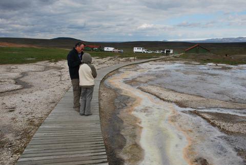 צבעים הנוצרים מהמינרלים במים החמים