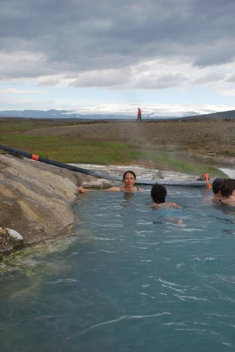 רחצה בבריכה התרמית שב-Hveravellir