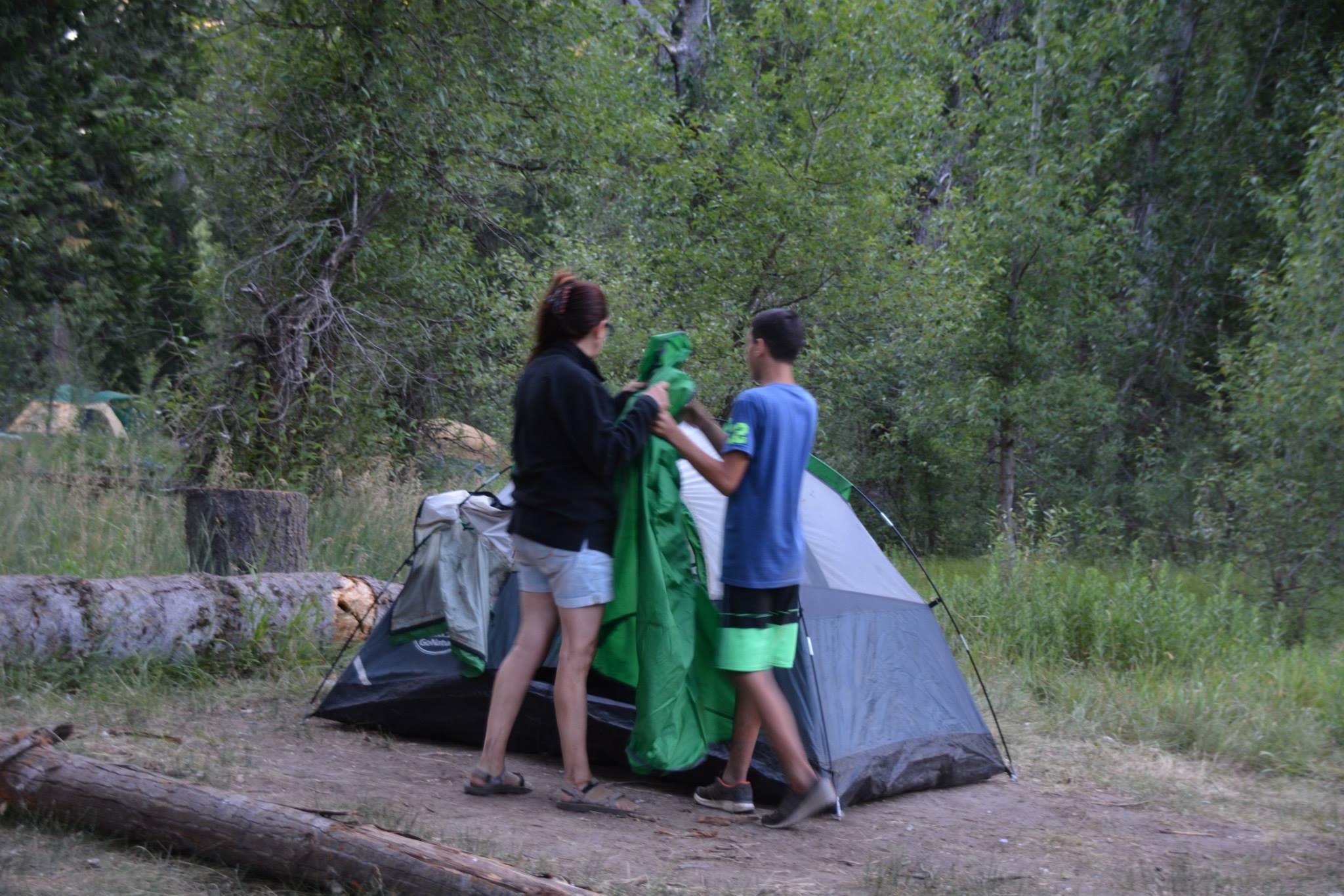 הקמת אוהל בקמפינג
